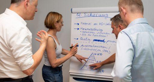 Stefan Drees (von links), Farina Steinert, Holger Kächelein und Thomas Köhler arbeiteten im Workshop zur besseren Vernetzung der Digitalisierung in der Hochschullehre am Thema Qualitätssicherung.