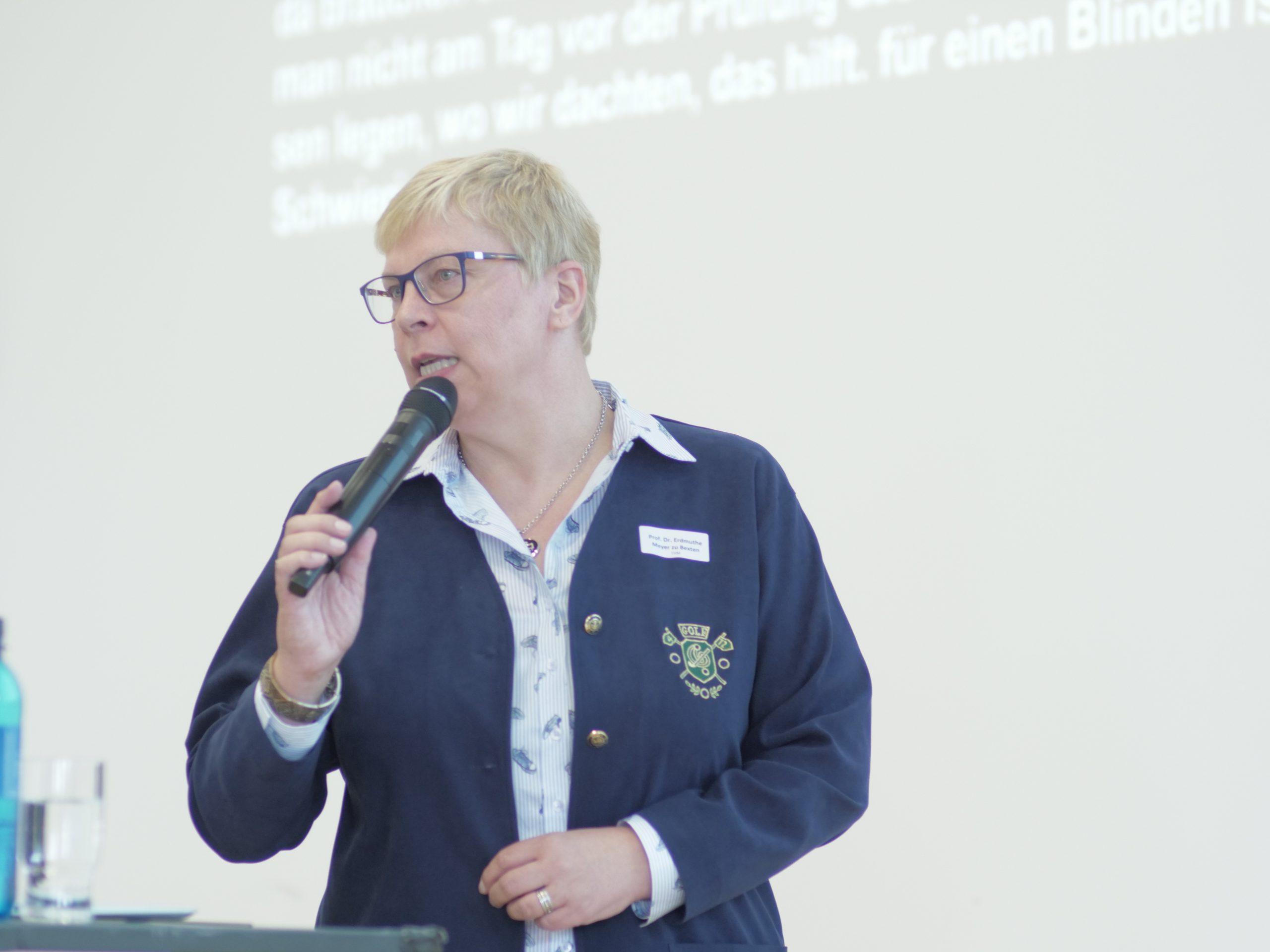 Prof'in Meyer zu Bexten hält einen Vortrag.