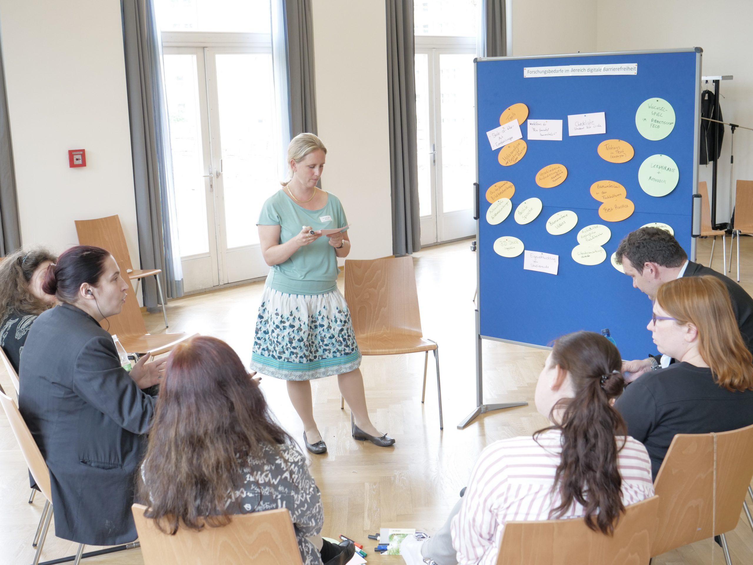 Dr. Sarah Voß-Nakkour sammelt die Aussagen der Forschungsbedarfe zur digitalen Barrierefreiheit.