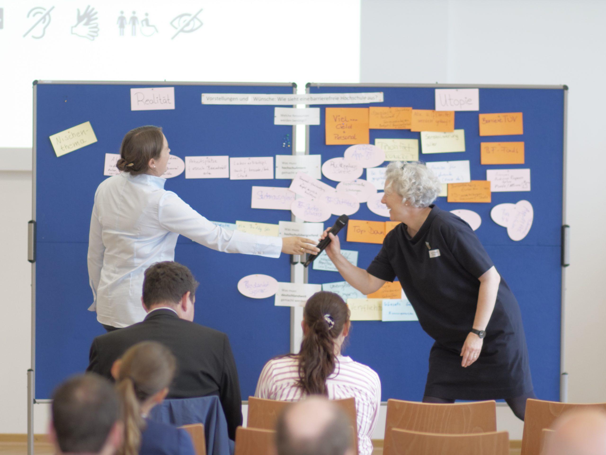 Zwei Teilnehmerinnen stellen die Ergebnisse der Utopie-Gruppe vor.