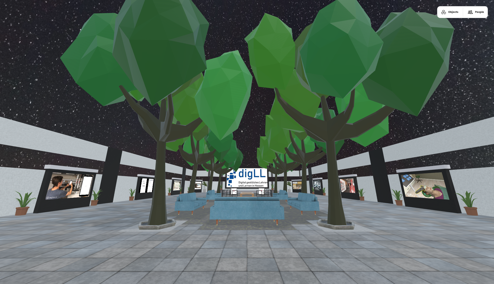 Ein virtueller Saal mit Pflanzen, Sitzmöglichkeiten und mehreren Bildschirmen auf welchen Medien zu sehen sind.